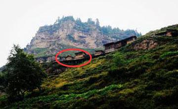 悬崖绝壁上惊现一排悬空房 世代子孙被命令在此守护