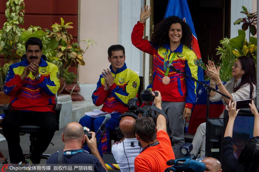 委内瑞拉奥运选手归国 总统马杜罗接见