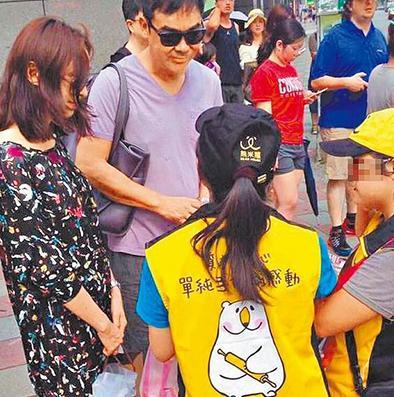 【星娱TV】刘青云夫妇台北街头遇推销 买饼干献爱残疾儿童