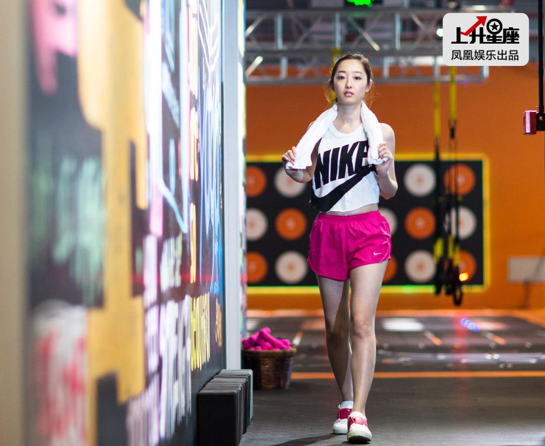 """蒋梦婕是个射手座女孩,直率、干脆、爱自由,而粉丝们喊她""""蒋公子"""",多半是因为射手的性格,比较洒脱!打拳最近成为她新的健身爱好项目,拿着毛巾跨步走来,范儿还不错吧!"""