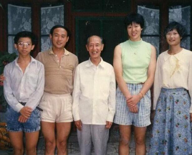 【星娱TV】胡海泉晒儿时与郎平合照:龅牙超短裤抢镜