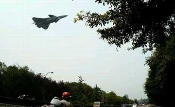 歼-20加速试飞 超低空掠过马路看呆路上行人