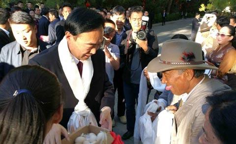 西藏民众送行陈全国 藏族姑娘送家养鸡蛋