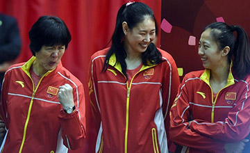 中国女排与香港市民互动 郎平做鬼脸