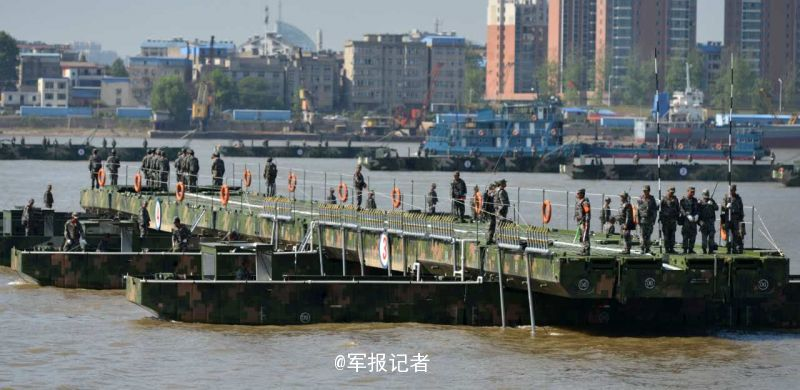 26分40秒!陆军架1150米钢铁浮桥横跨长江(图)_凤凰资讯 - 草根练剑 - 草根练剑