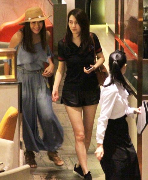 45岁洪欣素颜与友人逛街 穿短裤大长腿抢镜(图)