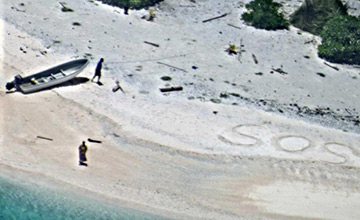 夫妻流落荒岛与世隔绝9天 沙滩上写SOS求救