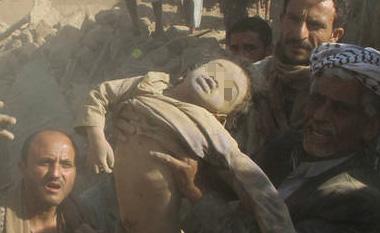 男童尸体被抬出一幕