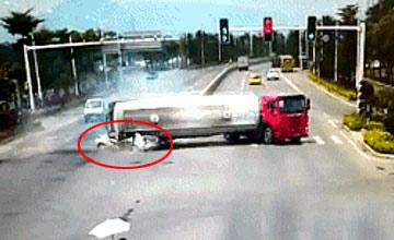 水泥车压扁驾校教练车致4人死亡现场