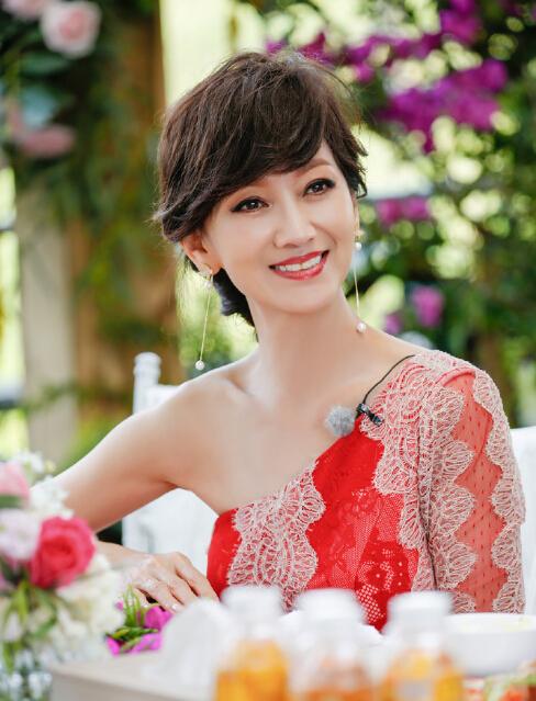 62岁赵雅芝身穿红色裹臀裙 腰肢纤细气质凸显(图)