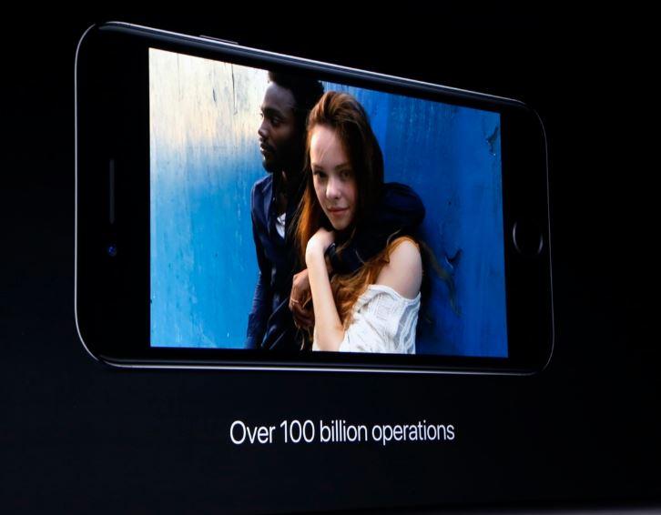 苹果iPhone 7/7 Plus今天凌晨在美国发布,带着双摄像头、新配色、Lightning耳机接口、防水等等新特性,国行售价分别为5388元与6388元起,将于9月9号下午3:01开启预定,9月16号上市。
