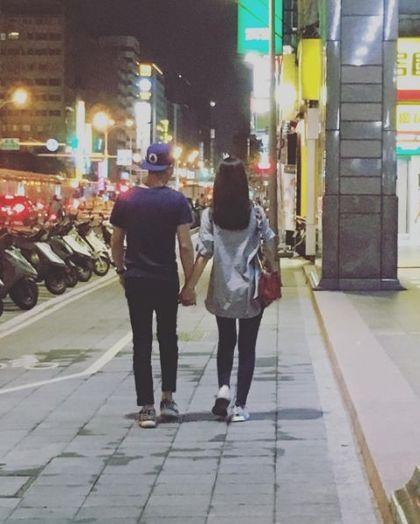 林心如十指紧扣霍建华 台北逛街背影超甜蜜