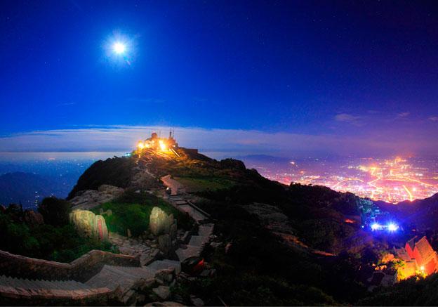 中秋之夜,明月东升,登上青岛崂山太清宫东边的山顶,面临烟波浩渺的