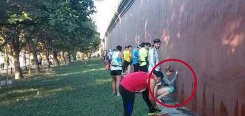 北京马拉松开赛前一幕,尿红墙的传统在延续 - 铁兵情 -        铁     兵     情