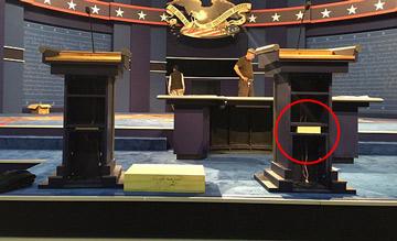 美总统电视辩论现场的一个细节