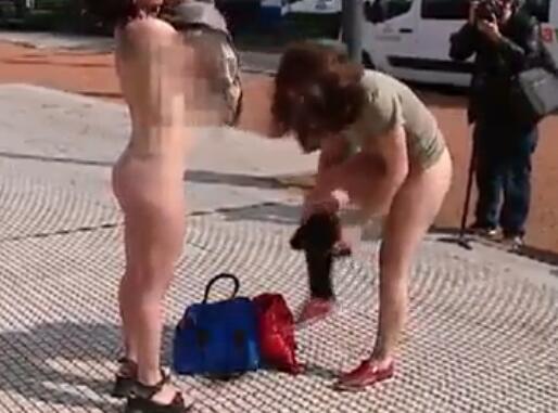 4名女子当众脱衣 全裸反对物化女性