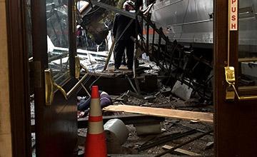 美国一火车撞向月台 大量人员伤亡