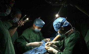 台风里,福建的一家医院停电后