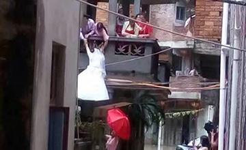 福建:台风中的婚礼 新娘只能这样上楼