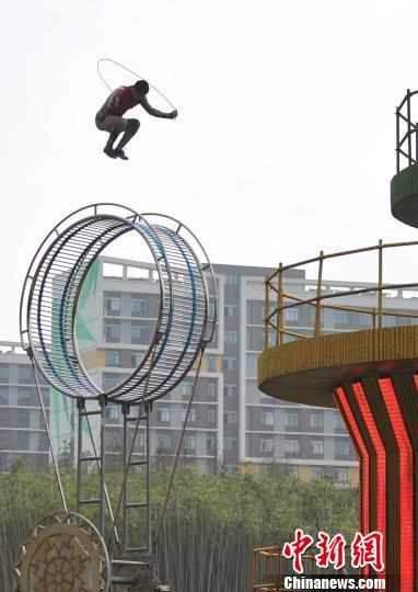 """九五至尊娱乐网址九五至尊娱乐场:杂技演员在""""高空滚轮""""上惊险跳绳"""