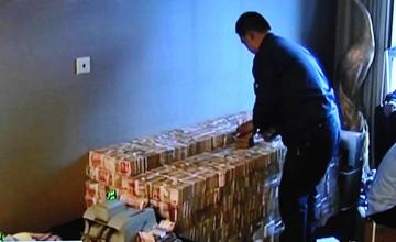 2亿贪官被查抄画面曝光 成箱现金摆满地