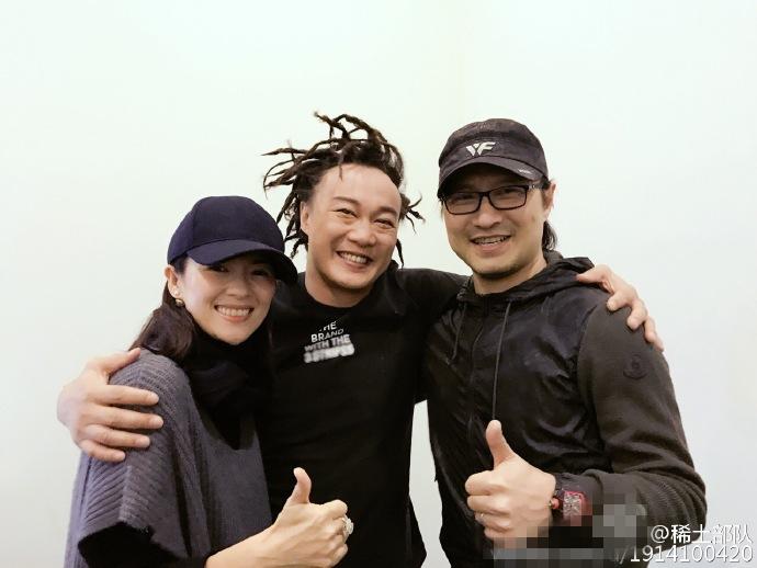 陈奕迅与章子怡后台合影 他的发型亮了!
