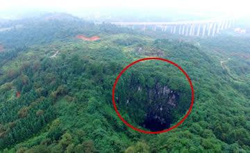 中国某地天坑内竟有100年前神秘建筑 令人目瞪口呆