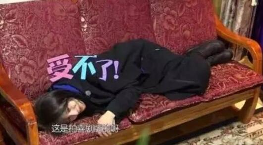 郑爽躺着录节目被批耍大牌,背后原因令人心疼…