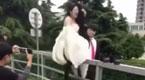不忍直视!实拍新娘摆pose 结果伤了私处