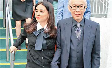 49岁港姐30年容颜不改,嫁富豪老公如父女
