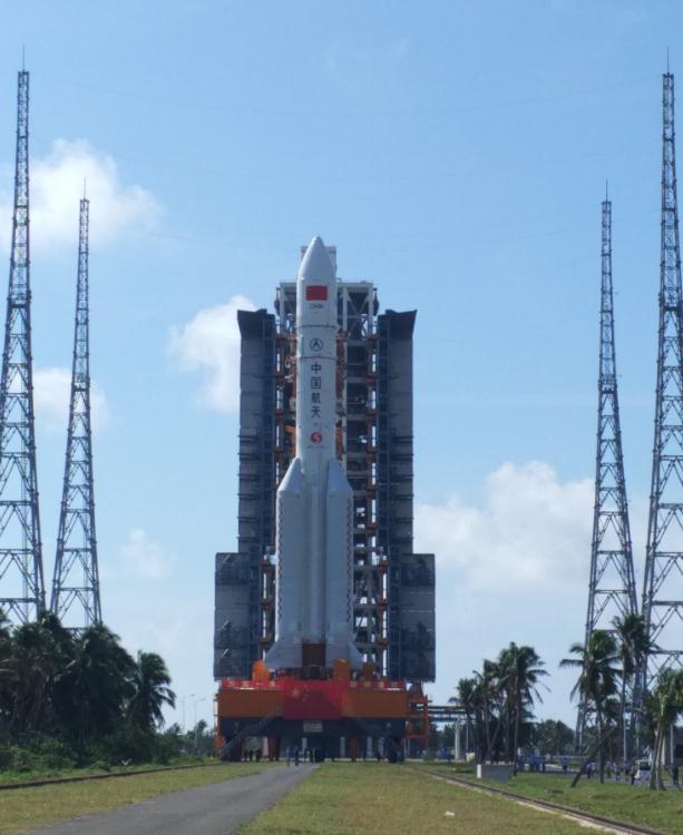 庞然大物!中国最大火箭长征五号上发射架