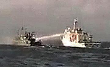 台海警船水炮射击大陆渔船瞬间