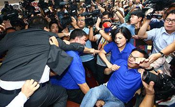 """民进党与国民党""""立委""""爆发冲突现场"""