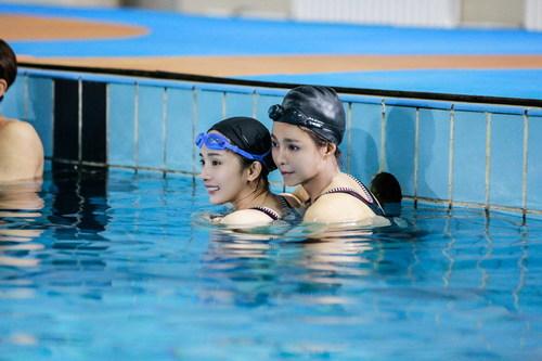 《真正的男子汉2》杨幂跟孙杨学游泳 罕见穿泳装皮肤白皙光滑