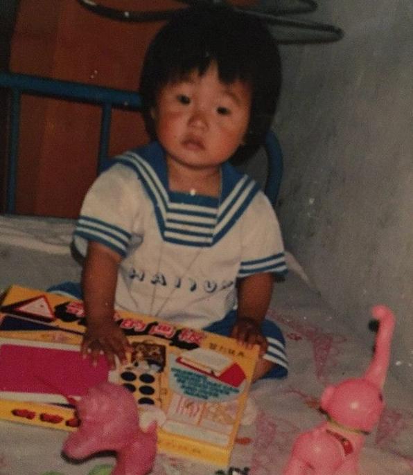 别再说李荣浩眼睛小成逗号了!小时候他可是大眼萌娃