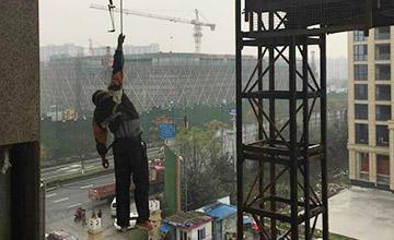 杭州一工人塔吊失足 悬挂20多米高空