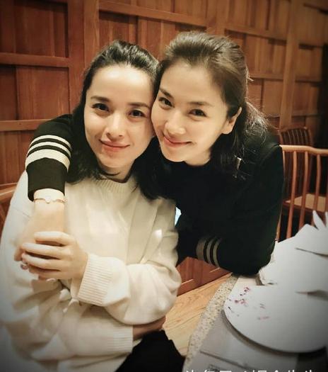 两大美女合照 刘涛与靳东老婆李佳聚餐