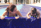 章子怡与女儿泳池戏水