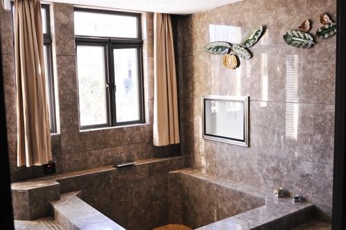 日式联排别墅,以日本建筑风格为主,房间配有室内温泉泡池和宽敞的起