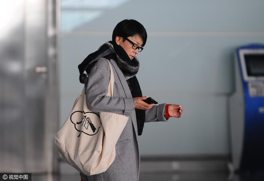 53岁毛阿敏素颜现身机场 低调朴素似邻家阿姨