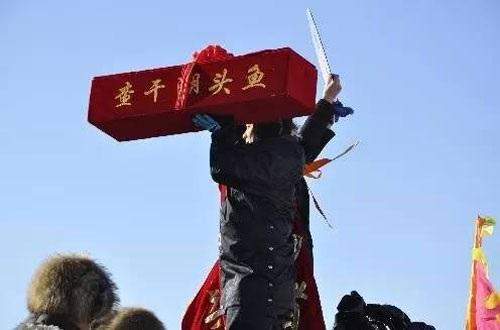 """查干湖冬捕""""头鱼""""拍出85万元 重50余斤 (组图)"""