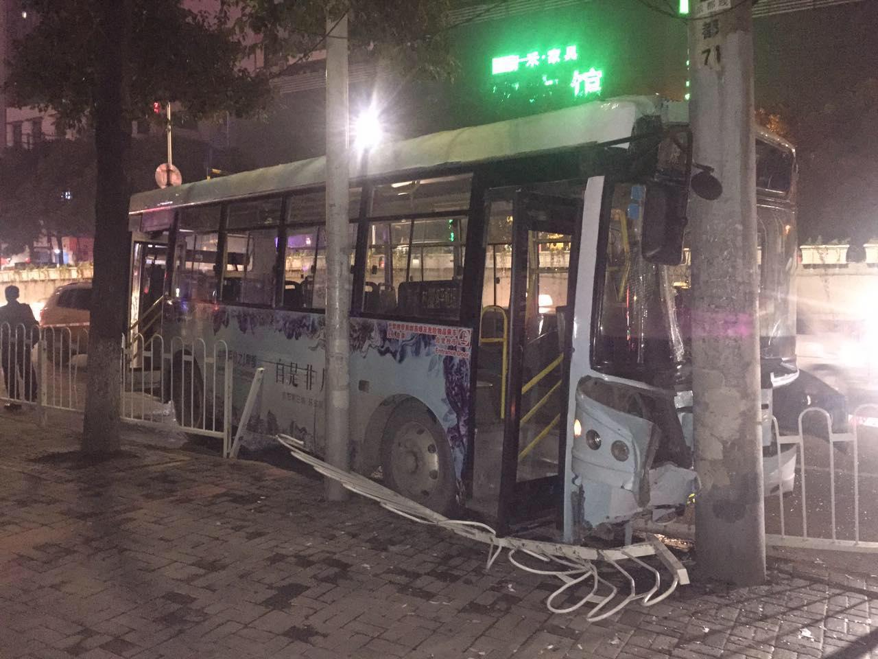 只因坐过站 女子抢方向盘致公交车撞车 图