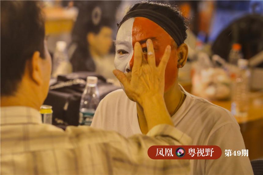 图为:粤剧演员正在化妆(翻拍)。粤剧演员必须根据不同的行当、角色的年龄和身份进行面部化妆,粤剧面谱分三块瓦、十字面、六分面、碎面、歪面、阴阳面及形象面等多种类型,还有油面与粉面之分。