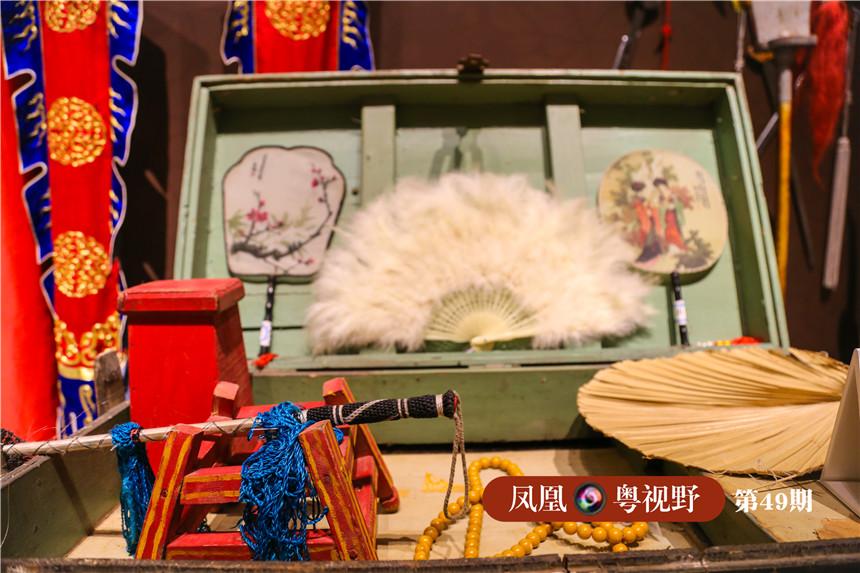 """粤剧戏班称置放道具(包括盔头、须口、靴鞋、帐旗、车马、刀枪把子、文房令印、灯具器皿等)的木箱称之为""""杂箱"""",里面的任何一件道具,都几乎可以用来展现演技,有的甚至可以称绝技。"""