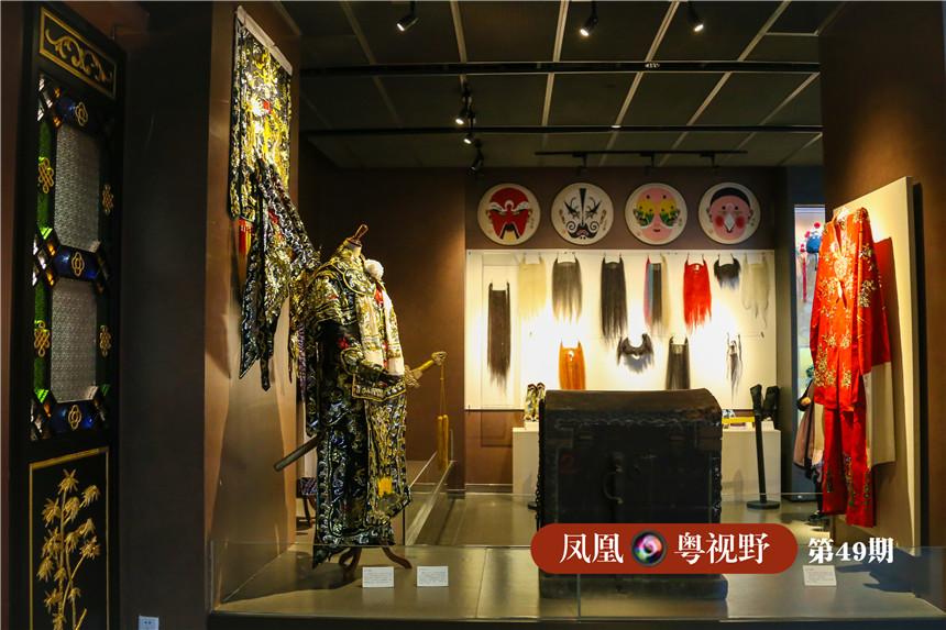 静静地矗立在展馆内,你能看到完整的粤剧历史、艺术、了解到粤剧名伶名家与机构,台前幕后、甚至能了解粤剧的化妆,功法。