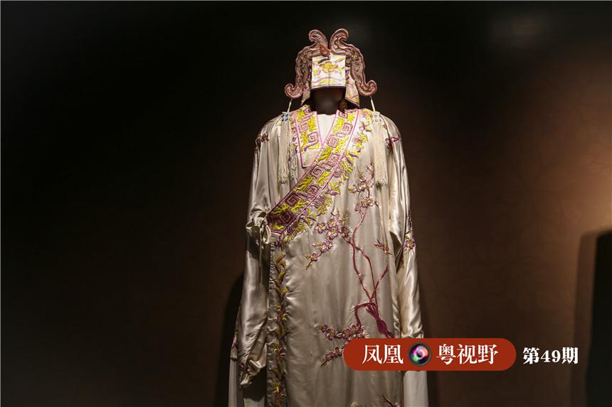 """图为:粤剧舞台生穿着的便服""""海青"""",身穿花海清多戴配套的福儒巾,足踏文生鞋,一般是戏中的公子、少爷等角色。"""