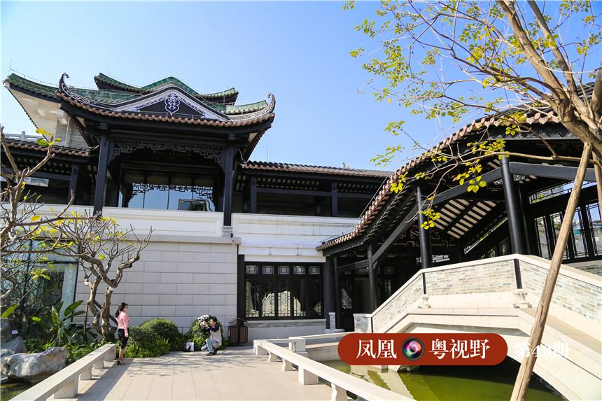 2013年,在增加面积的呼声中,时任市长的陈建华将规划现有的17亩扩大到27亩,让整个博物馆比苏州、上海等地的中心城区园林面积更大,解决了绿化面积问题,也解决了水体面积,这也最终形成了粤剧艺术博物馆的宏伟的规模。