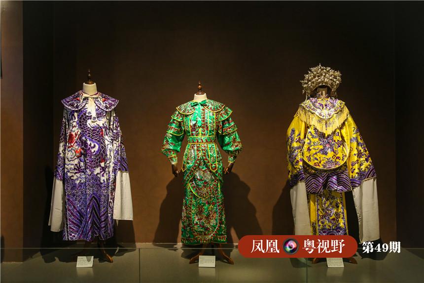在这里更有不少陈列区,陈列着戏服等各种行头,并结合可触控透明显示屏的技术展示戏剧服装,让游客更深入了解戏剧服装知识。