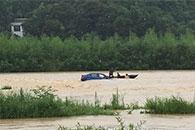 小车被洪水冲走母子被困车上 宁乡七旬渔民划船救人