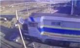 轿车与火车抢道相撞 被拖行数十米逼停列车